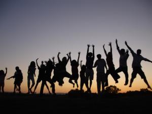 jovens-pulando